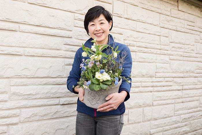樺澤 智江 さん  日本ハンギングバスケット協会本部講師、日本家庭園芸普及協会グリーンアドバイザー。ハンギングバスケットやコンテナガーデン各種コンクールにおいてグランプリ、他受賞多数。