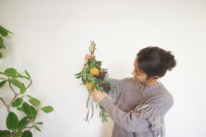 今回の組み合わせは、スワッグにして楽しむことができます。生けている花数本をピックアップしてスワッグを作って生花と一緒に飾ってみませんか?