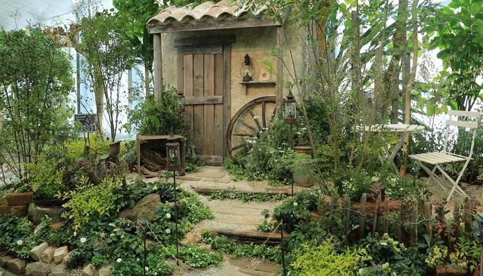 コンテストの場合は、お庭を作る前にどんなお庭がいいかをイメージします。次にそのイメージに合った小物を揃えていきます。するとそこに物語が出てくるんです。物語に沿ったキャラクターも出てきます。じーちゃんとばーちゃんが2人で庭を作りながら暮らしていて、この椅子で休憩して・・・というような。