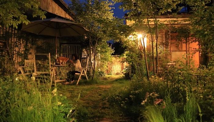 山形はどの家も庭が広いのですが、庭で一番過ごす時期は6月ごろじゃないでしょうか。夏は盆地なのでまた暑いんです。庭に出られる期間が少ないこともあり、庭で過ごせる季節は気づくと家族全員庭にいたりします。冬の間はずっと雪です。12月から3月ごろまで積もって4月中旬に雪が全部なくなるくらい。仕事の上でも雪に耐えられる、寒冷地仕様のお庭を提案するのが得意です。