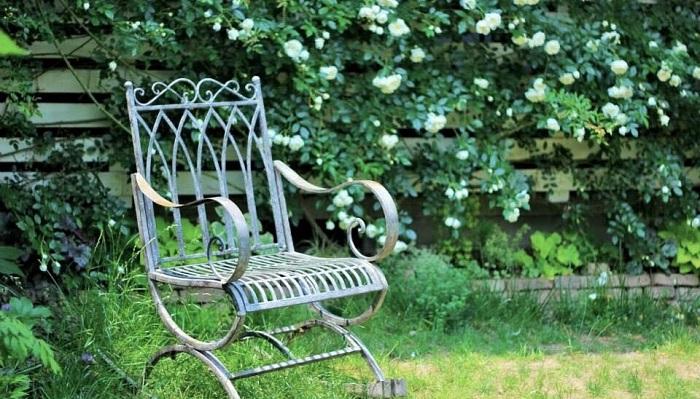 「なくてもいいけど、あったらいい」 「庭のある暮らし」が当たり前になったら、庭がない生活にはもう戻れないと思います。  庭がない場合はまず緑の中に椅子をおいてみることをおススメします。椅子を置くだけでくつろげるので。自宅の庭にはたくさん椅子が置いてあります。朝はこっちの椅子、日当たりが変わってきたらこっち。隠れたいときはこっちの木陰・・・。そんなふうに。公園や庭園に行ってもベンチありますけど、日当たりが良すぎて暑くて座れないこともあるじゃないですか。なのでレジャーシートでも椅子でも持っていって緑の中でくつろいでみるととってもいいと思います。