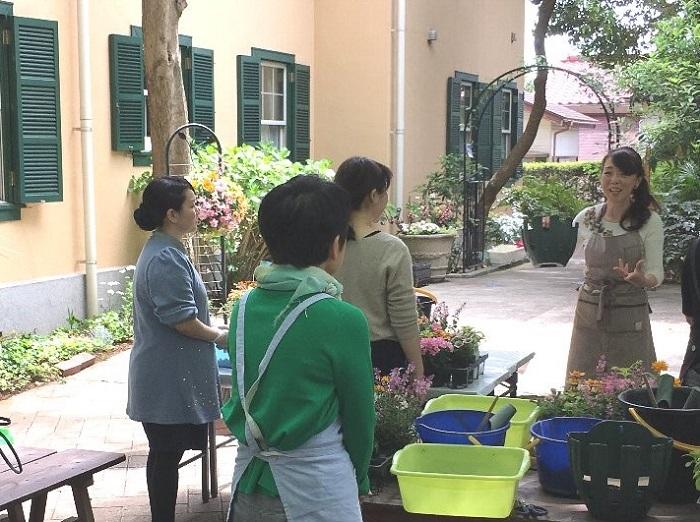 井上まゆ美さんは毎月、自社農園でガーデニングやハンギングケットなどの各種園芸講座を開催されているほか、カルチャーセンターでも定期講習会を開催されています。井上先生の下で厳選された植物たちに出会える講習会はとても人気があり、いつも熱心な生徒さんの楽しそうな声でにぎわっています。