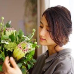 フラワースタイリスト 前田有紀  2013年イギリスに留学し、帰国後フラワースタイリストとして活躍。イベント装飾やブーケやアレンジメントの制作を手がけ、雑誌やSNSなどでメディアを通して花と緑のある暮らしを提案している。2017年の春以降は積極的にワークショップも行い、花や緑に関わる人々と直接ふれあうことでリアルな声も積極的に取り入れている。また、2017年10月にオープンした「世界の花屋」では、デザイン監修を務め、世界の花々の生産や流通など、花の歴史などの魅力を伝えている。
