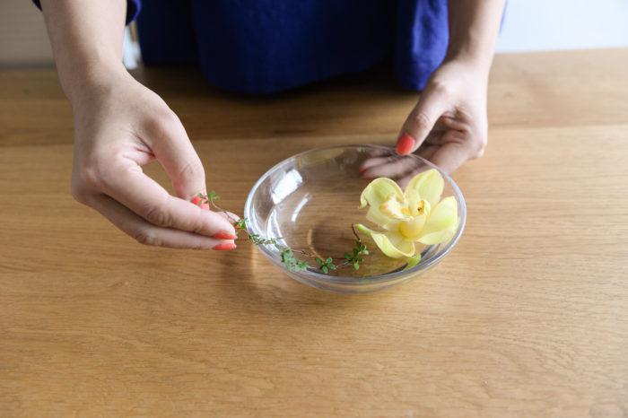 間引いた枝と花も捨てずに小皿に生けて飾りましょう!