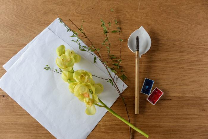 《道具》  半紙・筆・絵の具・セロハンテープ・ガラス瓶  《花材》  シンビジウム・ユキヤナギ