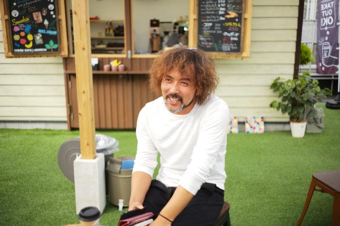 井上盛博(シゲヒロ)  1977年広島県生まれ41歳。  2001年より福岡県朝倉郡筑前町にある【元気で活きのいい植物&マルシェオニヅカ】の店長を務める。今では年間2,000点以上の寄せ植えを作り、世に送り出している。
