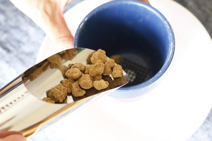 鉢の底にネットを敷き、赤玉土を鉢の1/5ほど入れます。  赤玉土は鉢底石の代わりになり、細かい土が底穴から流れ出ることを防ぐとともに、排水を良くする役目をします。