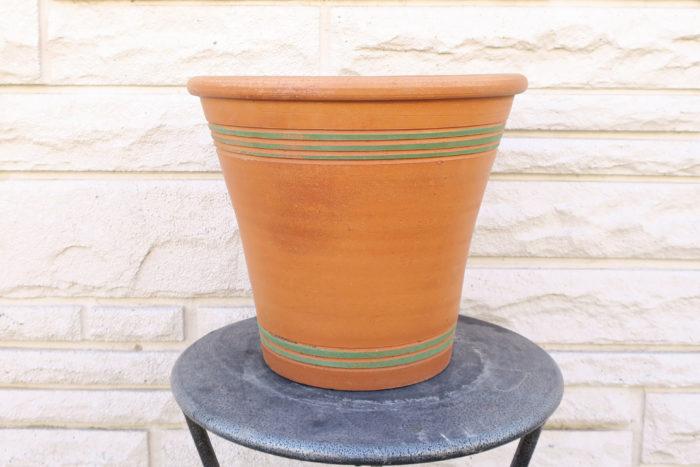 ポットタイプ 口径 (直径) と高さがほとんど同じ。口径 (直径) よりも高さがある胴長タイプ。縦に伸びたり、根が深く伸びる性質の植物向き。ラインを活かしてカッコよいイメージを作れます。