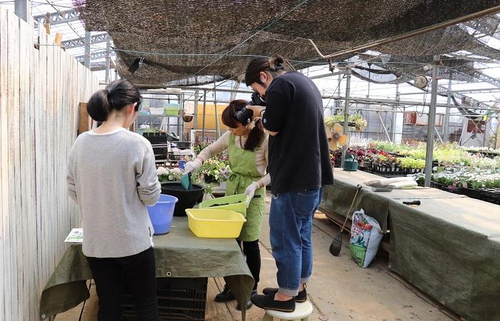 余談ですが、Botapii掲載「季節を彩る寄せ植え作り」のページづくりのため、寄せ植え撮影チームが毎回全力で取材しています!次回の寄せ植え取材記事もお楽しみに!