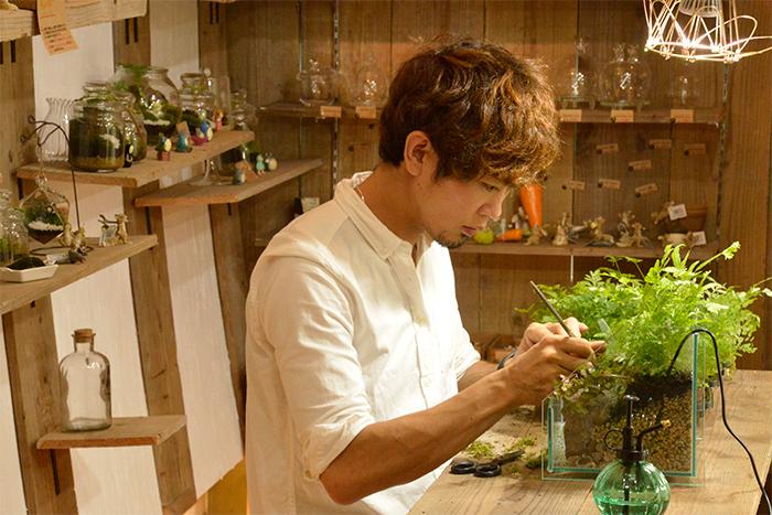 オーナーの今田さんは幼い頃から植物、苔、昆虫や魚など生き物が好きでご実家の滋賀に移住したことをきっかけにさらに苔にどっぷりと魅了されたとのこと。  2016年にmoss-connectを設立し、苔の販売やインテリアの制作や教室を開催しています。