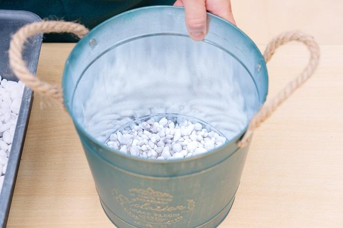 鉢に鉢底ネットを敷き、鉢底石を器の底がしっかり隠れるくらい入れます。