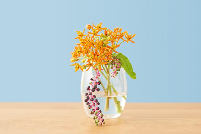 楕円のシルエットの花瓶です。サイズも扱いやすく玄関にも飾りやすいので、1つあると何かと使える万能な花瓶です。左右どちらかに傾けて生けたり、ミニブーケを作って生けたりと幅広く使えます。花の丈が長すぎるとアンバランスになりやすいので、比率が花3:花瓶5になるよう意識して花の長さを決めると良いでしょう。
