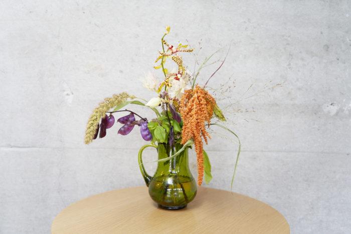 4.花瓶に生け、引っかかりや向きを整える。垂れ下がっているものやドライになっているものも生けているので、花の変わりゆく姿を楽しもう。