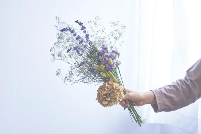 その名の通り草花を乾燥させてできる「ドライフラワー」。アンティークな雰囲気でインテリアとしても人気上昇中。生花にくらべて長いあいだ楽しめ、水やりの手間もないので手軽に暮らしに取り入れることができます。そんなドライフラワーを使った4つのクラフトアイデアをご紹介。
