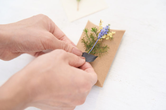 2.小さいブーケを作るように束ねてマスキングテープでギフトにつける。