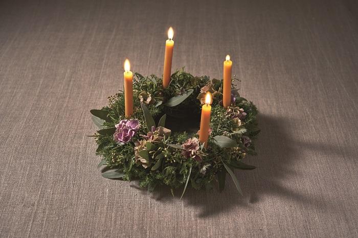 アドヴェントとは、4週間前からクリスマスを待つ、その期間のこと。4週間前から日曜日になると1本キャンドルに火を灯していき、クリスマス当日には4本のキャンドルすべてが明るくなります。  キャンドルにワイヤーや竹ぐしをセットし、手作りリースに差し込むだけ。キャンドルの暖かい灯りで、ほっとする時間が過ごせます。