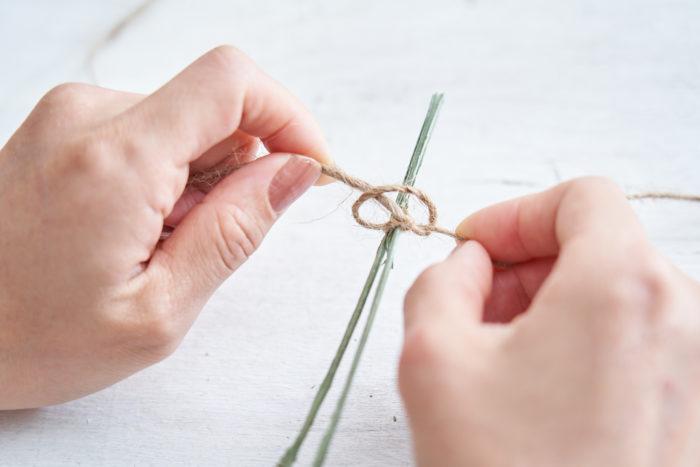 2.麻紐でドライフラワーをしっかりと結びつける