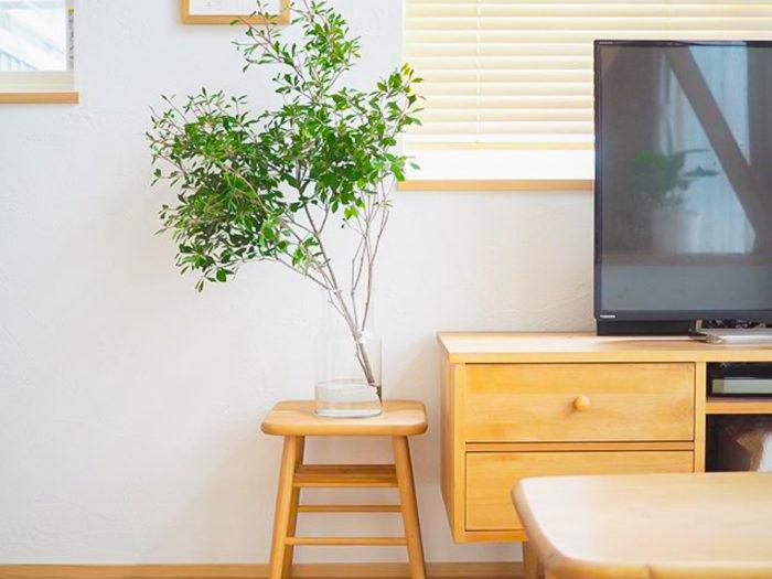 インテリアとも好相性のドウダンツツジ。家具がナチュラルカラーで統一され、木×白×植物組み合わせにうっとり。 繊細なガラスのフラワーベースも素敵ですね。