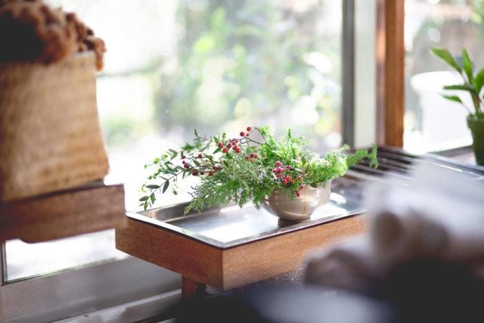 今回のテーマは「冬のあしらい」です。リースやスワッグを作って、余った花材でも作ることができます。