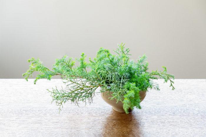 2.1で土台を作る。長い花材から先に生け、短いものを間にいけていく。花材の自然な向きを意識しながら重ねることがポイント。