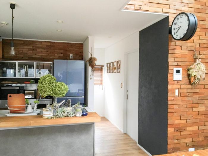 多肉植物やティランジア、アナベルが並ぶみどり豊かな素敵なキッチン。壁にはドライフラワーやスワッグをかけ、暖かみを演出。