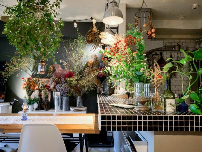 圧巻の植物とインテリアのコーディネート。ライティングもムードがあり、海外のような雰囲気ですね。