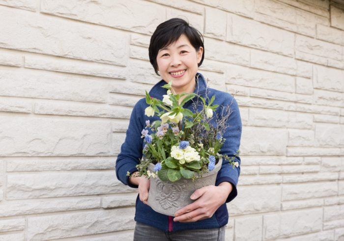 今回は日本ハンギングバスケット協会本部講師、樺澤智江さんに監修いただき、クリスマスローズとムスカリをメインにした寄せ植えを掲載。森の中から切り取ってきたようなナチュラルで可愛らしい寄せ植えです。