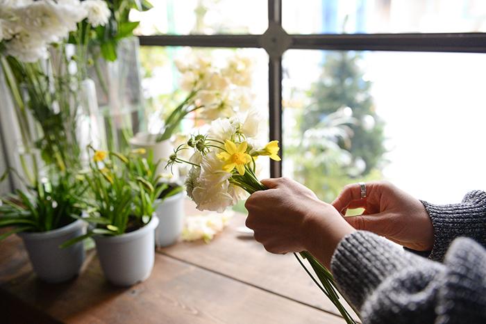 2.花材を重ね、大まかな丸いブーケ型にする。スカビオサの蕾は高めに、スイセンはやや沈めて持つのがポイント。