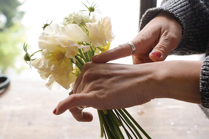 3.花瓶に生けた時の全体の姿を意識し、ブーケの下部や後ろにも花が見えているか回して確認。
