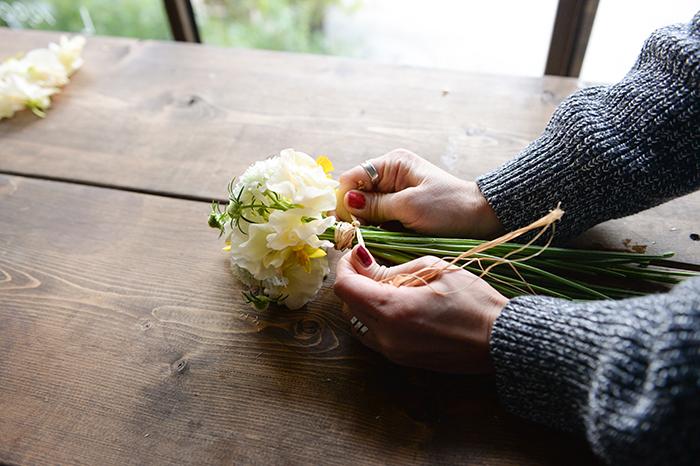 4.手で持っていた場所をラフィアで束ねて結い、花瓶の高さに合わせて茎を切り、花瓶に生ける。