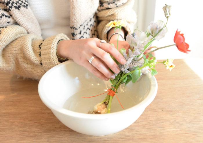 4.ボウルに球根が半分浸かる程度の水を入れ、仕上げに花を広げて動きをつける。