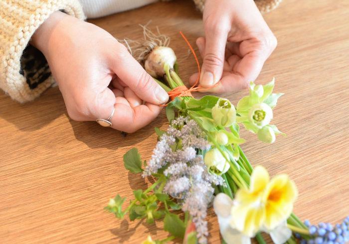 2.好みの紐で結ぶ。ムスカリの茎は柔らかいのでまとめる程度の緩さで縛る。