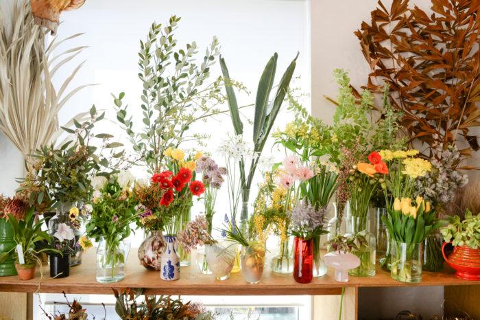 春の花は補色を合わせても柔らかく見えるのでさまざまな色、形をあわせて挑戦してみるのがおすすめです。綺麗に作ろうと固くならずに自由に組み合わせてあしらいを楽しんでください。  Photo:Yoshimi Yamada Text:Risa Mutsuro