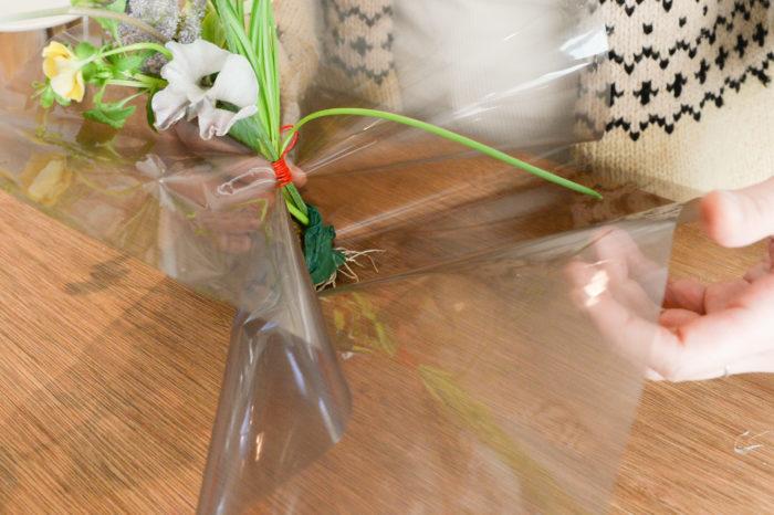 手順 1.Arrange 1で束ねた花束の茎の根元を濡れたキッチンペーパー等で保水し、セロファンの順で包む。