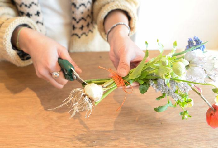 3.吸水しやすくする為、全ての茎を球根の高さに切りブーケをボウルに入れる。