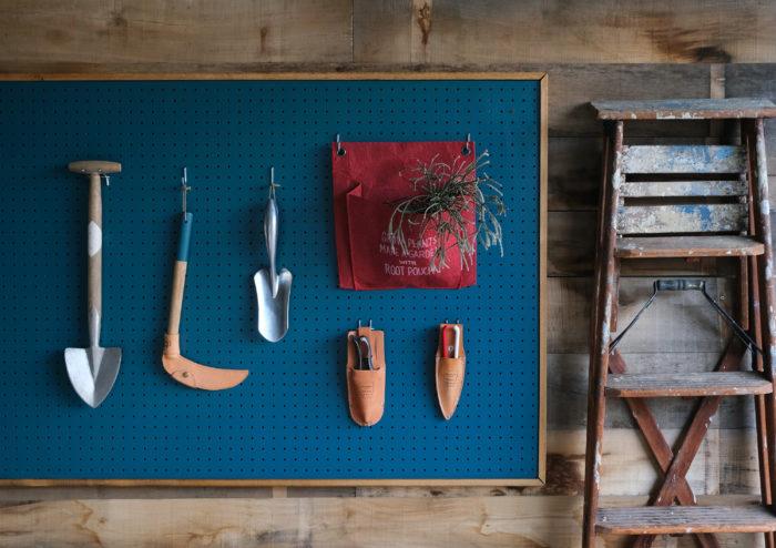 有孔ボードにグッツと植物をおしゃれに飾って収納。真似したい!