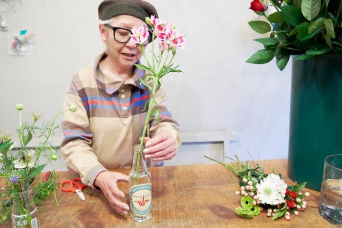 サイダーの瓶(花材:アストロメリア)