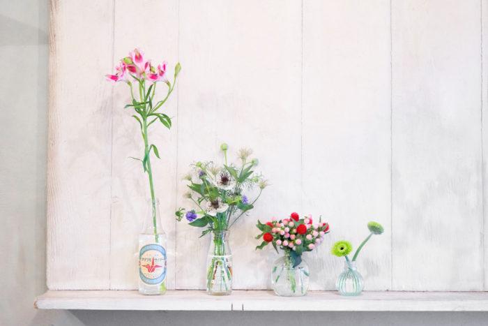 家に花瓶がなくても大丈夫!日用品の空き瓶でもおしゃれに花を生けることができます。