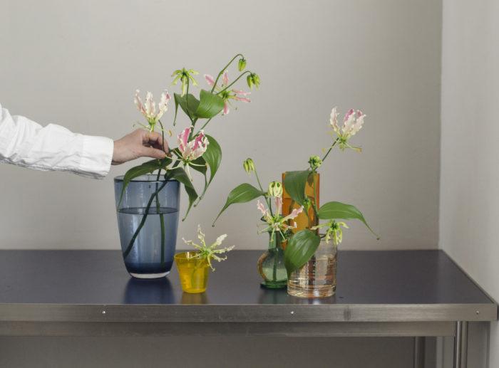3、 全体のバランスをみながら生けていく。花が一方向だけに向かないようにするとナチュラルな印象に。