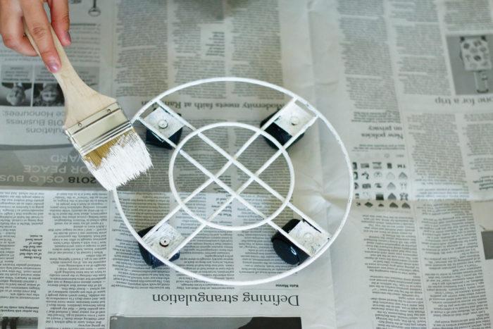 ③ キャスター付の台をミルクペイントで塗り乾かす