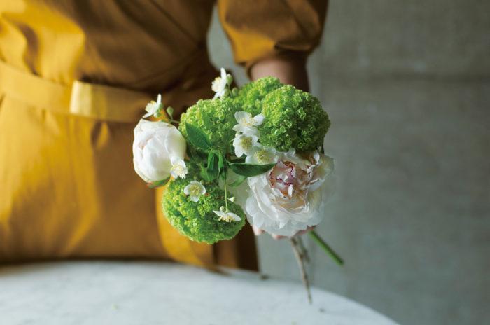 ④シャクヤクとビバーナムの間から花が見えるように、バイカウツギを入れ、動きを出す。