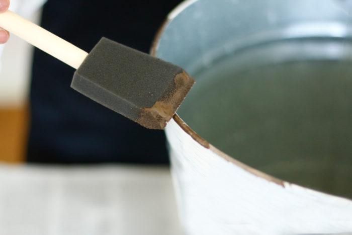 ④乾いたらスポンジブラシで縁や継ぎ目のライン部分を叩くようにターナーアイアンペイントを塗る。乾いてから乾かした③に乗せたら完成。