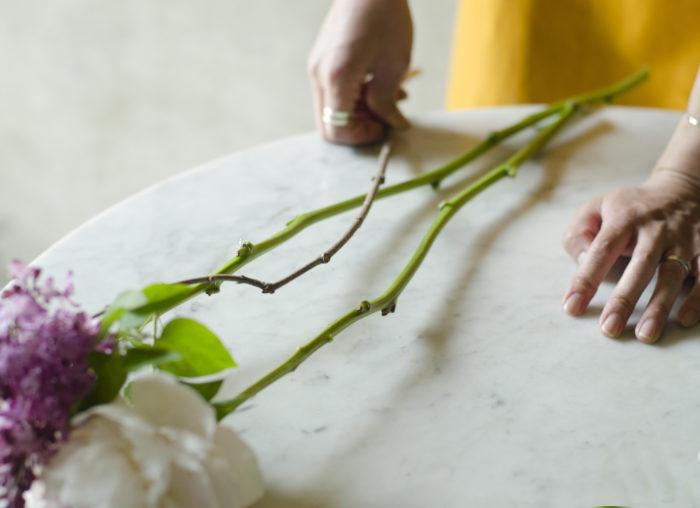 ①シャクヤクの葉は全て取る。他の花材も綺麗な葉だけを残すようにする。