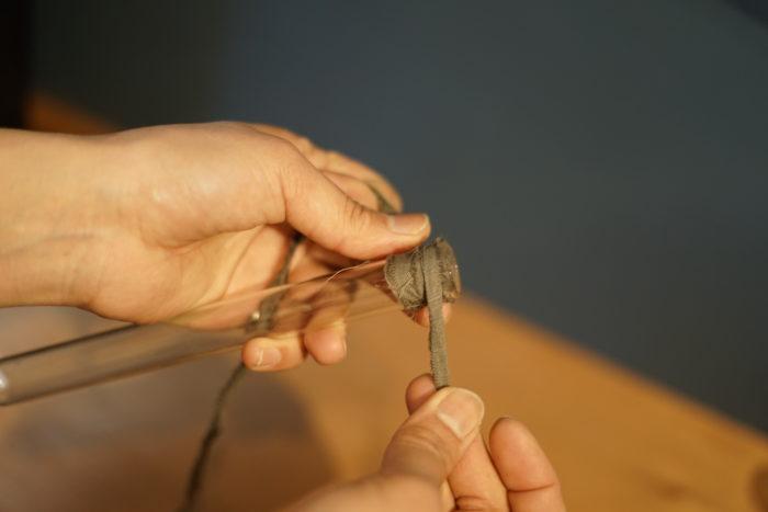 2. テープを貼った部分に裂き布を貼る。