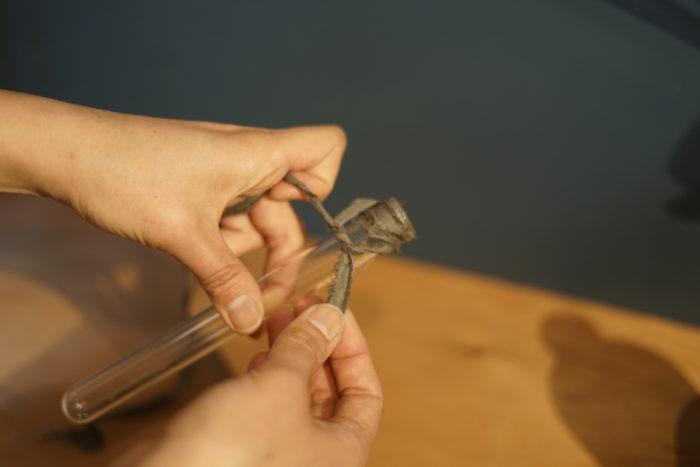 3. 試験管に裂き布を結びつけ、固定する。