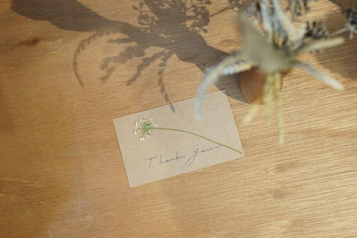 4. ボンドで紙に押し花を付ける。