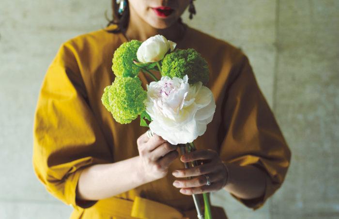 ③花が咲いているシャクヤクとビバーナムを沈めて持つ。咲きかけのシャクヤクはこれから咲くことも考え、隙間を空けて一番高い位置に持つ。