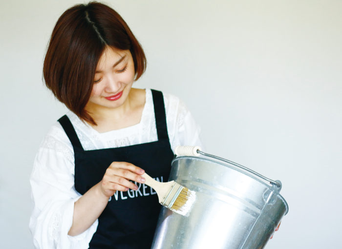 ② ミルクペイントを塗り、乾かして2度塗りし乾かす。 ※ミルクペイントを塗る前にマルチプライマー(ミルクペイントシリーズ)を下塗りするとより密着します。
