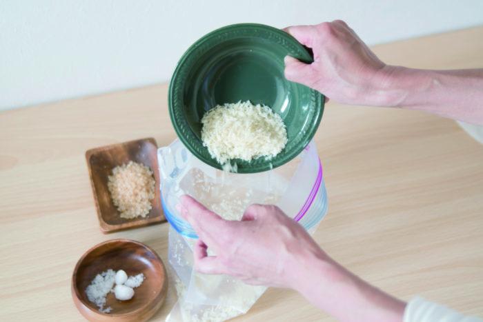 密封袋にざらめ、塩、パン粉を混ぜ入れる。
