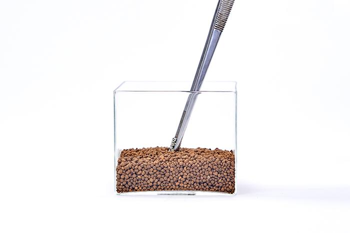 1.容器に土を入れ、中央に固形肥料1個を入れる。